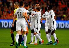 Jogadores da França comemoram gol de Pogba contra Holanda. 10/10/16.  REUTERS/Michael Kooren