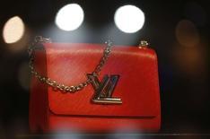 Louis Vuitton a vu sa croissance organique atteindre plus de 7% au troisième trimestre, portée par un rebond de la clientèle chinoise et de solides hausses en Europe qui ont permis de compenser le recul de ses ventes en France et au Japon. /Photo d'archvies/REUTERS/Regis Duvignau
