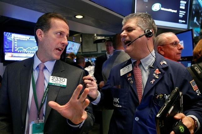 10月11日、米国株式市場は大幅安となりダウ平均は200ドル下落。さえない企業決算や米大統領選をめぐる不透明感が相場の重しとなった。NY証取で6日撮影(2016年 ロイター/Brendan McDermid)