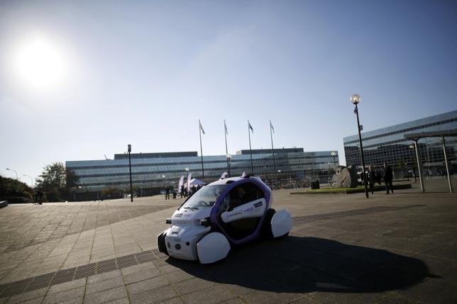10月11日、英国の公道で自動運転車の試験走行が初めて行われた。2020年までに自動運転車の導入を目指す計画。英南部ミルトンキーンズで撮影(2016年 ロイター/DARREN STAPLES)