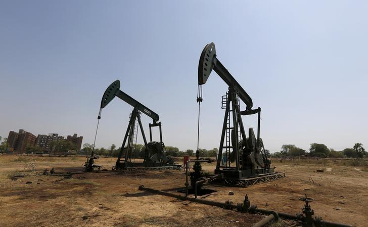 Oil and Natural Gas Corp's (ONGC) wells are pictured in an oil field on the outskirts of the western city of Ahmedabad, India, March 16, 2016.  REUTERS/Amit Dave/Files