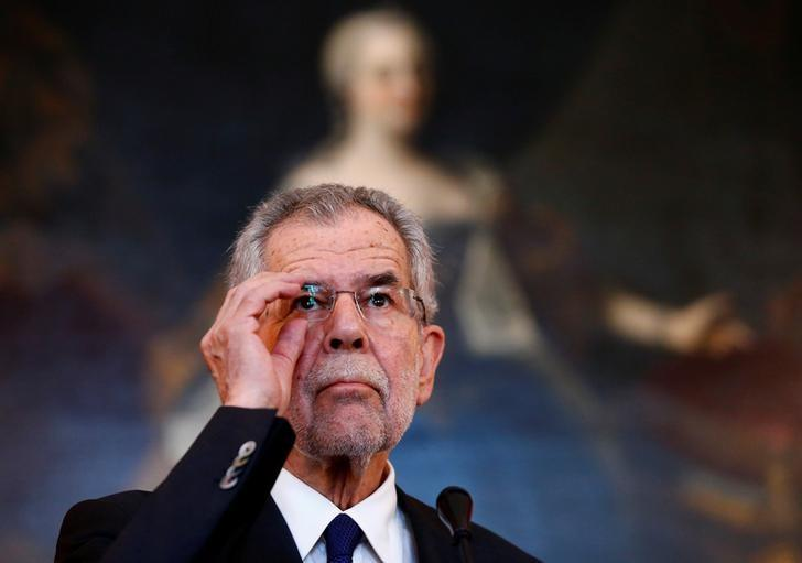 Austrian presidential candidate Alexander Van der Bellen, who is supported by the Greens, attends a news conference in Vienna, Austria, May 24, 2016. Picture taken May 24, 2016. REUTERS/Leonhard Foeger/Files
