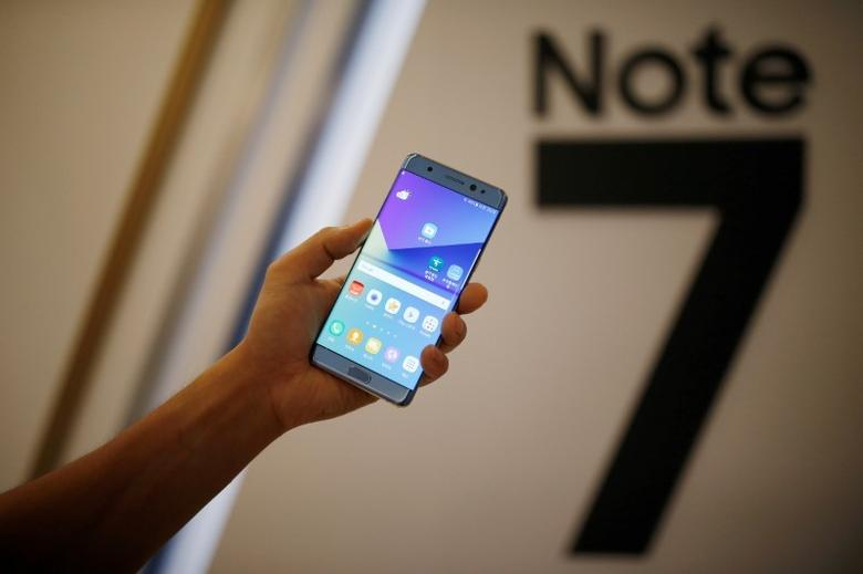 A model poses for photographs with a Galaxy Note 7 new smartphone during its launching ceremony in Seoul, South Korea, August 11, 2016. REUTERS/Kim Hong-Ji/File Photo