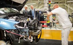 Volkswagen CEO Matthias Mueller and Stephan Weil (C) Prime Minister of Lower Saxony and member of the VW Supervisory board look at the Golf 7 production line during a tour of the VW factory in Wolfsburg, Germany October 21, 2015.  REUTERS/Julien Stratenschulte/Pool