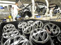 Emblemas de Volkswagen fotografiados en la planta de producción de la compañía en Wolfsburgo, Alemania. 25 de febrero de 2013. La automotriz alemana Volkswagen AG podría recortar hasta 2.500 empleos al año en los próximos diez años por medio de jubilaciones anticipadas, dijo el representante de los trabajadores en el consejo de la empresa, según fue citado por el diario Handelsblatt. REUTERS/Fabian Bimmer