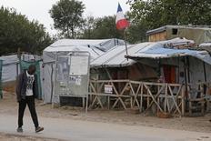 """La préfecture du Pas-de-Calais a annoncé une baisse sensible du nombre de migrants dans le camp dit """"de la Lande"""" à Calais, promis à un démantèlement prochain. La préfecture précise dans un communiqué avoir réalisé deux comptages, avec deux méthodes différentes, qui pour l'un évoque la présence de 5.684 migrants et pour l'autre de 6.486 migrants. Les associations humanitaires et les services de l'Etat estimaient en septembre que 8.000 à 10.000 migrants se trouvaient dans le camp.  /Photo d'archives/REUTERS/Pascal Rossignol"""