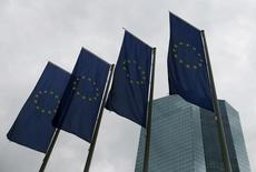 Banderas de la Unión Europea en la sede del Banco Central Europeo, en Fráncfort, Alemania. 21 de julio de 2016.  El Banco Central Europeo podría discutir cambios técnicos en su programa de compras de activos la próxima semana, pero una decisión podría ser aplazada hasta diciembre, cuando la entidad también resolverá si amplía el esquema más allá de marzo, dijeron fuentes familiarizadas con la discusión. REUTERS/Ralph Orlowski