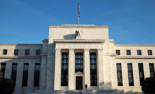 10月12日、米連邦準備理事会(FRB)が公表した9月20─21日の連邦公開市場委員会(FOMC)議事要旨で、投票権を持つメンバー数人が、米経済が引き続き力強さを増せば比較的近い将来に利上げが正当化されるとの認識を示していたことが分かった。写真は同日、ワシントンのFRB(2016年 ロイター/Kevin Lamarque)
