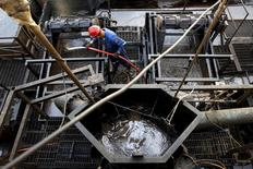 Un trabajador en un pozo petrolero de la estatal PDVSA cerca de Cabrutica, Venezuela, abr 16, 2015. Las ventas de petróleo venezolano a Estados Unidos se incrementaron un 10 por ciento en septiembre en comparación con el mes anterior, a 786.835 barriles por día (bpd), debido a mayores exportaciones de mezclas de crudo, según datos de Thomson Reuters Trade Flows.  REUTERS/Carlos Garcia Rawlins/File Photo