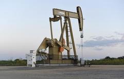Una unidad de bombeo de crudo funcionando cerca de Guthrie, EEUU, sep 15, 2015. Los precios del petróleo bajaron más de un 1 por ciento el miércoles, después de que la OPEP reportó que su producción de crudo en septiembre tocó máximos en ocho años, contrarrestando el optimismo por la promesa del grupo de controlar el exceso de suministros en el mercado mundial.  REUTERS/Nick Oxford