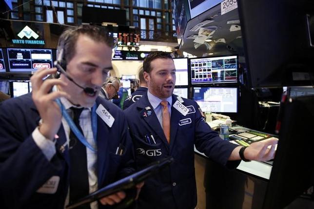 10月12日、ダウ工業株30種とS&P総合500種は小幅高。FOMC議事要旨の公表後も利上げ時期に関する見方はほとんど変わらず、企業業績を見極めようとのムードが広がった。NY証取で撮影(2016年 ロイター/Lucas Jackson)