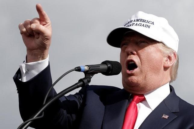 10月12日、米大統領選の共和党候補ドナルド・トランプ氏(写真)は支援者向けの集会で、同氏の選挙運動を支持しない考えを示したポール・ライアン下院議長への批判を強めた。(2016年 ロイター/Mike Segar)