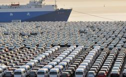 Les voitures chinoises attendent pour l'exportation dans un port de Dalian, dans la province du Liaoning au nord-est de la Chine. Les chiffres officiels montrent que les exportations chinoises ont reculé bien plus que prévu en septembre, tandis que les importations ont surpris avec un léger repli. /Photo d'archives/REUTERS/China Daily