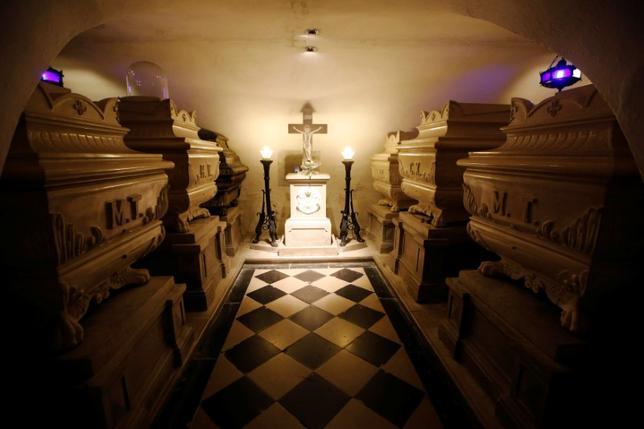 10月12日、フランス国王として唯一外国に埋葬されているブルボン朝最後の王、シャルル10世の遺骨を母国に戻すよう国内の歴史関連団体が呼び掛けているが、埋葬先のスロベニアのノバゴリツァでは反発が広がっている。写真は11日撮影(2016年 ロイター/Srdjan Zivulovic)