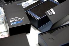 Смартфоны Samsung Galaxy Note 7 в штаб-квартире компании Samsung в Сеуле. 13 октября 2016 года. Samsung Electronics Co Ltd начала отправлять клиентам, возвращающим потенциально взрывоопасные смартфоны Galaxy Note 7, огнеупорные коробки и защитные перчатки, спровоцировав бурную реакцию социальных сетей на новый поворот в скандале с отзывом флагмана. REUTERS/Kim Hong-Ji