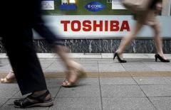 Un groupe d'investisseurs étrangers a décidé de poursuivre Toshiba devant un tribunal de Tokyo et lui réclame des dommages et intérêts de 16,7 milliards de yens après le scandale comptable de 1,3 milliard de dollars dévoilé l'an dernier. /Phot d' archives/REUTERS/ Toru Hanai