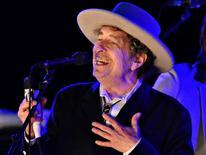 Foto de archivo del músico estadounidense Bob Dylan, durante una presentación en The Hop Festivel en Paddock Wood. Bob Dylan, considerado como la voz de una generación por sus influyentes canciones de la década de 1960, ganó el premio Nobel de Literatura en una sorpresiva decisión, que dio a un cantautor uno de los galardones culturales más prestigiosos del mundo. REUTERS/Ki Price