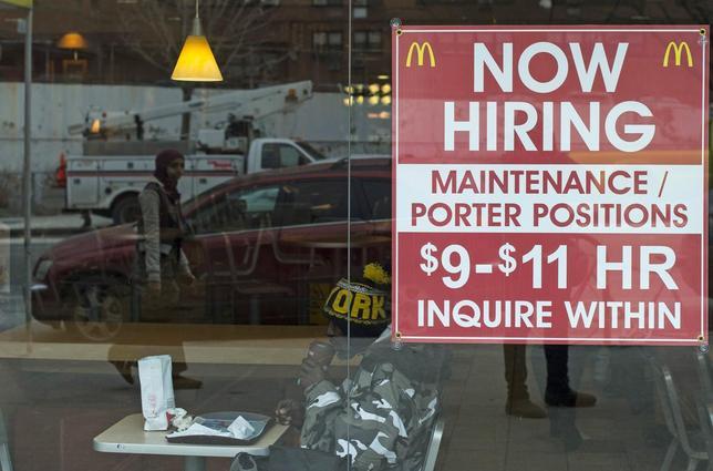 米労働省が発表した10月8日までの週の新規失業保険週間申請件数は前週比変わらずで、43年ぶりの低水準を維持した。写真は2014年3月、ニューヨーク州ブルックリンのマクドナルド店舗に貼られた求人広告。(2016年 ロイター/Keith Bedford/File Photo)