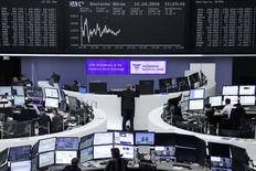 Operadores trabajando en la Bolsa de Fráncfort, Alemania, 12 de octubre de 2016. Las acciones europeas cayeron el jueves ya que un dato de comercio chino golpeó a los papeles de firmas mineras, mientras que el fondo de bienes raíces cotizado en bolsa Standard Life y la aseguradora Aegon retrocedieron tras rebajas en recomendaciones de parte de corredurías. REUTERS/Staff/Remote