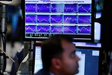 La Bourse de New York a fini en baisse de 0,25% jeudi, l'indice Dow Jones cédant 44,85 points à 18.099,35. /Photo prise le 3 octobre/REUTERS/Lucas Jackson
