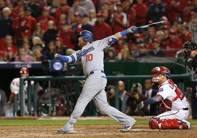 10月13日、MLBナ・リーグの地区シリーズ第5戦でドジャースがナショナルズに勝利し、リーグ優勝決定シリーズ進出を決めた。写真は2点三塁打を打ったドジャースのジャスティン・ターナー三塁手(2016年 ロイター/Geoff Burke-USA TODAY Sports)