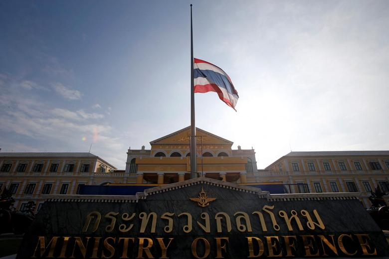 The Thai national flag flutters at half mast at the Ministry of Defence following the passing of King Bhumibol Adulyadej, in Bangkok, Thailand October 14, 2016. REUTERS/Edgar Su