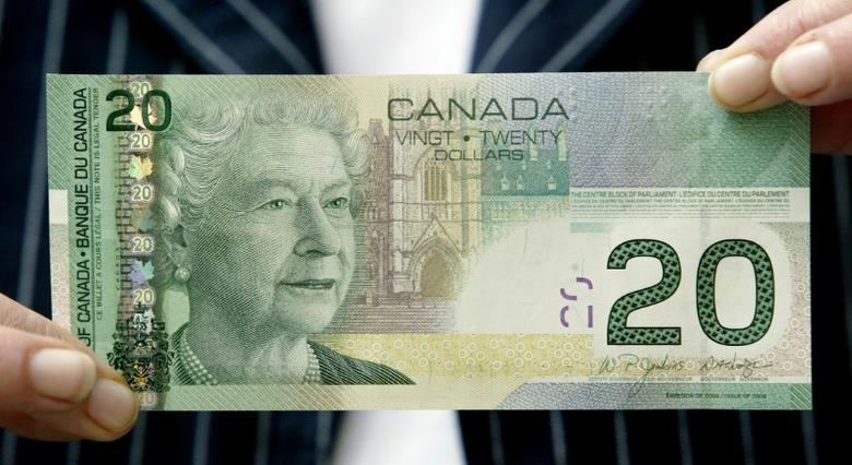 The new $20 Canadian bank note is seen in Ottawa, August 25, 2004. The Bank of Canada will issue the new bank note as of September 29, 2004 in an effort to deter counterfeiting. BANKG REUTERS/Chris Wattie