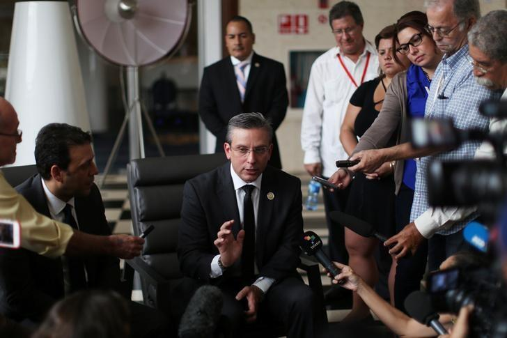 Puerto Rico's Governor Alejandro Garcia Padilla (C) talks to journalists in Havana, Cuba, June 4, 2016. REUTERS/Alexandre Meneghini