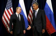 Президент США Барак Обама протягивает руку российскому лидеру Владимиру Путина на встрече в ходе Генеральной Ассамблеи ООН в Нью-Йорке 28 сентября 2015 года. Путин, повысивший ставки в споре с США путем приостановки ключевых соглашений о ядерном разоружении, в воскресенье выразил надежду на восстановление связей с уходом Барака Обамы после президентских выборов в Америке 8 ноября. REUTERS/Kevin Lamarque