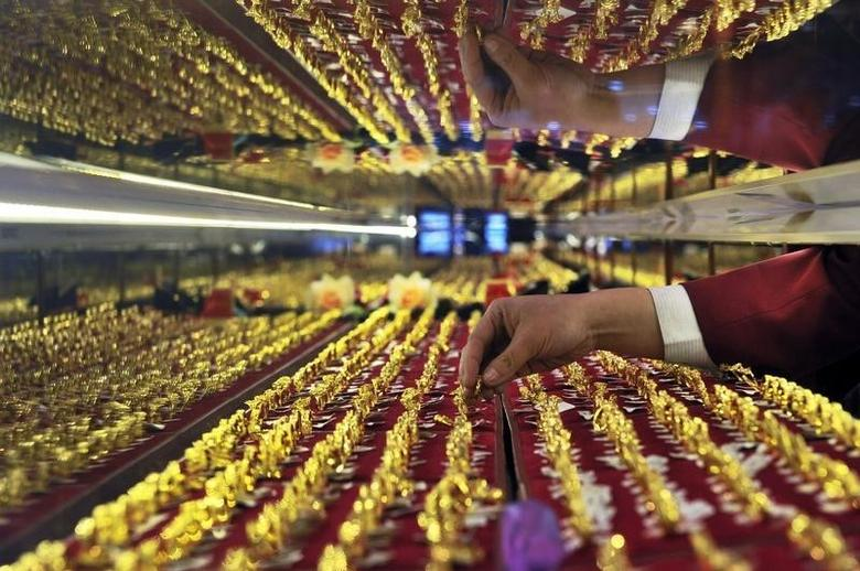 2010年3月9日,沈阳一家金店的销售人员在整理金饰品。REUTERS/Sheng Li