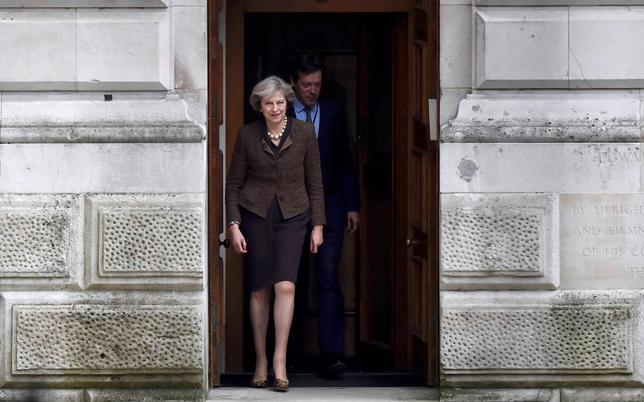 10月17日、英国は欧州連合(EU)を離脱した後も単一市場へのアクセスを維持するために数十億ポンドの予算拠出を続ける案を検討している。写真は英のメイ首相。14日撮影(2016年 ロイター/Hannah McKay)