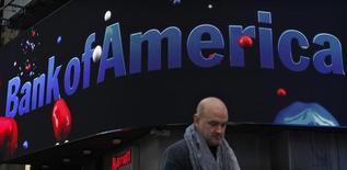 Прохожий у отделения Bank of America в Нью-Йорке. 24 октября 2012 года. Bank of America Corp, второй по величине активов банк в США, в понедельник отчитался о росте прибыли впервые за последние три квартала, чему способствовали хорошие результаты в сегменте торговли облигациями. REUTERS/Eduardo Munoz