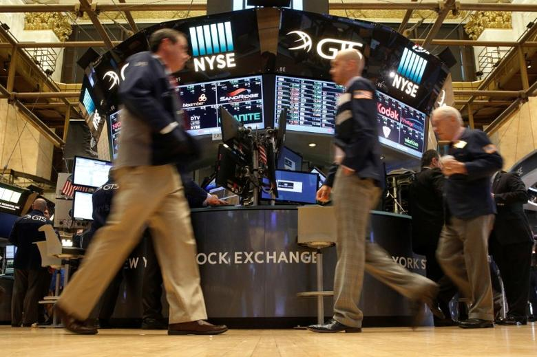 Traders work on the floor of the New York Stock Exchange (NYSE) in New York City, U.S., October 14, 2016.  REUTERS/Brendan McDermid