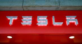 Logo da montadora Tesla é visto em Zurique, na Suíça 14/07/2016 REUTERS/Arnd Wiegmann/File Photo