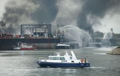 Bombeiros tentam apagar incêndio em fábrica da BASF em Ludwigshafen, Alemanha.    17/10/2016          REUTERS/Ralph Orlowski