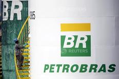 Logo da Petrobras é visto em tanque em Brasília, no Brasil 30/09/2015 REUTERS/Ueslei Marcelino/File Photo