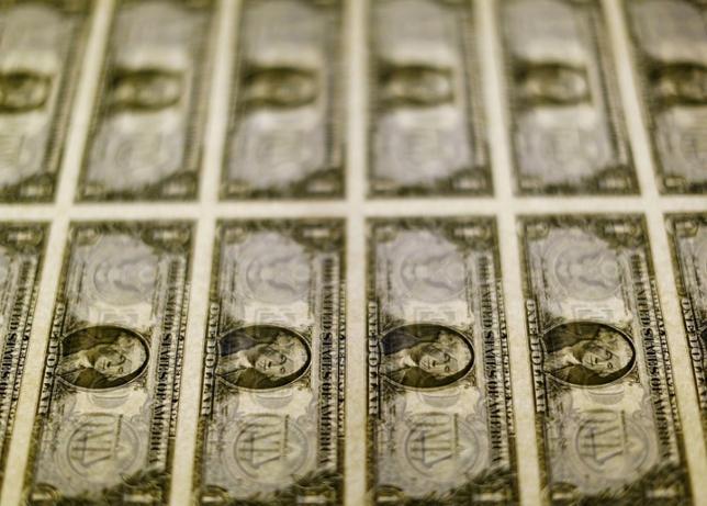 10月17日、終盤のニューヨーク外為市場では、ドルが反落。写真はドル紙幣、ワシントンで2014年11月撮影(2016年 ロイター/Gary Cameron)
