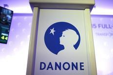 """Danone a confirmé mardi ses objectifs annuels malgré un chiffre d'affaires en faible progression organique au troisième trimestre durant lequel les ventes de la division """"eaux"""" ont été impactées par la baisse de la consommation en Chine. /Photo d'archives/REUTERS/Charles Platiau"""