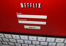 """Логотип Netflix.  Рост числа подписчиков Netflix Inc в третьем квартале более чем на 50 процентов превысил прогнозы, так как оригинальные сериалы, такие как """"Очень странные дела"""", привлекли новых зарубежных зрителей и сохранили американских, несмотря на повышение цен, в результате чего акции компании подскочили на 20 процентов в ходе торгов после закрытия официальной сессии. REUTERS/Mike Blake/File Photo"""