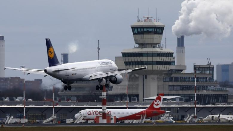 A German carrier Lufthansa aircraft lands at Tegel airport in Berlin, Germany, January 27, 2016.    REUTERS/Fabrizio Bensch/File Photo