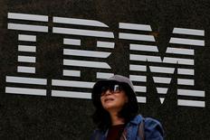 Una mujer pasa frente a las oficinas de IBM en Nueva York, Estados Unidos. 17 de octubre de 2016. Las acciones de International Business Machines Corp (IBM) perdían el martes más de un 3 por ciento en Wall Street, lo que representa una caída en el valor de mercado de alrededor de 6.000 millones de dólares, luego de la divulgación de sus resultados trimestrales el día anterior. REUTERS/Brendan McDermid