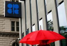 L'Organisation des pays exportateurs de pétrole (Opep) devrait parvenir à un accord de limitation de l'offre de pétrole d'ici le 30 novembre, date de sa prochaine réunion ministérielle, sans trop de désaccords concernant les niveaux de production de chaque pays. /Photo prise le 4 octobre 2016/REUTERS/Heinz-Peter Bader
