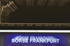 Una pantalla del DAX instalado en la sala de operaciones de la Bolsa de Fráncfort, oct 14, 2016. Las acciones europeas se recuperaron el martes con un alza generalizada encabezada por los sectores minero y bancario, aunque los papeles de Burberry se derrumbaron luego de que la compañía reportó resultados.  REUTERS/Kai Pfaffenbach