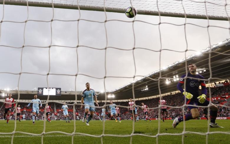 Britain Football Soccer - Southampton v Burnley - Premier League - St Mary's Stadium - 16/10/16Burnley's Sam Vokes scores their first goal with a penaltyReuters / Stefan WermuthLivepic