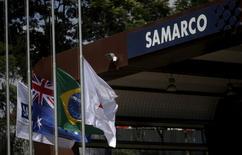 Logotipo da Samarco é visto junto de bandeiras da Austrália e do Brasil na entrada da empesa em Mariana, no Brasil 11/11/2015 REUTERS/Ricardo Moraes/File Photo