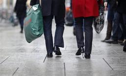 """L'économie française devrait poursuivre cette année et l'an prochain sa fragile reprise entamée en 2015 malgré les répercussions négatives du """"Brexit"""" et des attentats, selon l'Observatoire français des conjonctures économiques. /Photo d'archives/REUTERS/Johannes Eisele"""