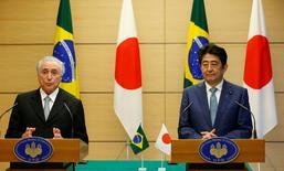El presidente brasileño Michel Temer junto al primer ministro japonés Shinzo Abe, durante una conferencia de prensa en la residencial oficial en Tokio, Japón. 19 de octubre de 2016. El primer ministro de Japón, Shinzo Abe, dijo el miércoles que Brasil representa una gran oportunidad de inversión para su país, en particular en el ámbito de la infraestructura.  REUTERS/Kim Kyung-Hoon