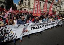 El Tribunal Superior de Justicia del País Vasco (TSJPV) ha generalizado por primera vez a los trabajadores temporales el alcance de la reciente resolución de la justicia europea que equiparaba los derechos de los interinos a los de los empleados fijos al término de la relación laboral.  En la imagen, una manifestación de sindicatos en Valencia, con motivo del día del trabajador, el 1 de mayo de 2016. REUTERS/Heino Kalis
