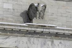 """Una estatua de un águila calva en el edificio de la Reserva Federal en Washington, ene 26, 2016. La inflación en Estados Unidos, que se ha mantenido por años debajo de la meta de la Reserva Federal de un 2 por ciento, """"probablemente se esté afirmando"""", dijo el miércoles el presidente de la Fed de Dallas, Robert Kaplan, quien agregó que sería apropiado retirar parcialmente el alivio monetario.   REUTERS/Jonathan Ernst"""
