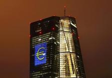 Se espera que el Banco Central Europeo (BCE) mantenga el jueves su política monetaria sin cambios, pero que prepare el terreno para ampliar sus estímulos monetarios en diciembre, en un intento de apoyar un muy esperado rebote de los precios al consumidor. En la imagen de archivo, la sede del BCE en Fráncfort, Alemania, el 12 de marzo de 2016. REUTERS/Kai Pfaffenbach
